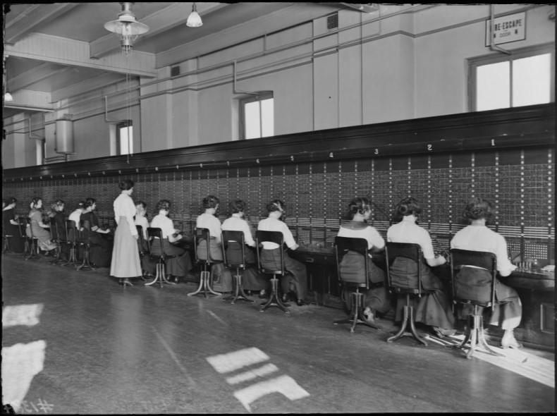 Telefonistas na sede Bell Telephone em 1912